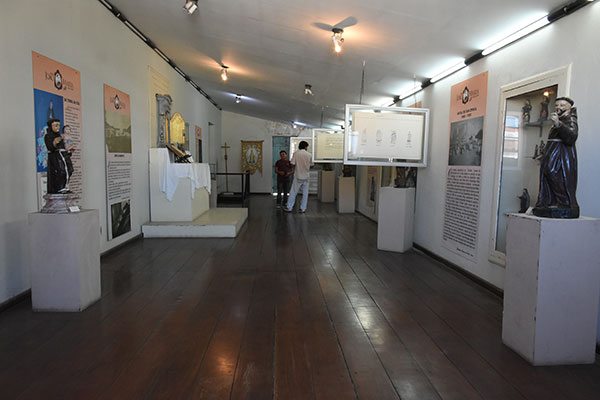 Salão principal do Museu de Arte Sacra traz em destaque diversas imagens  seculares, divididas por estilos como barroco, rococó, maneirista e neoclássico