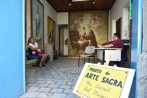 Na entrada do museu, chama a atenção a pintura de Santo Antônio que antes ocupava o teto da Igreja do Galo