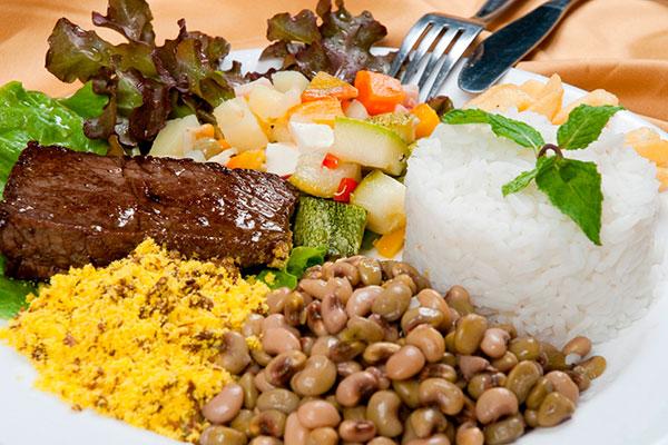 """Adeptos de variedade podem """"encher"""" o prato ao preço de 17 reais"""