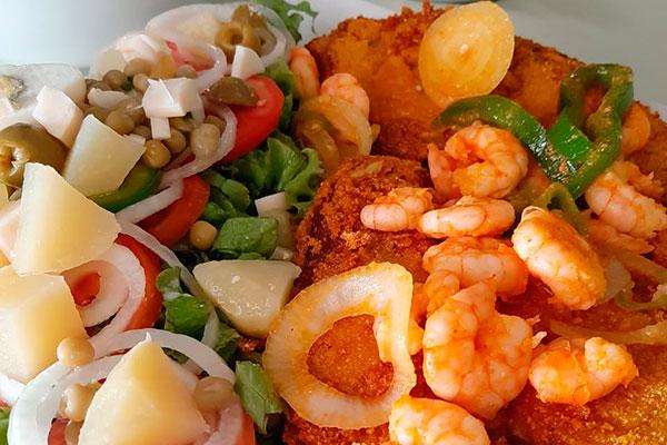 O peixe frito com camarão, salada e pirão é carro-chefe da casa