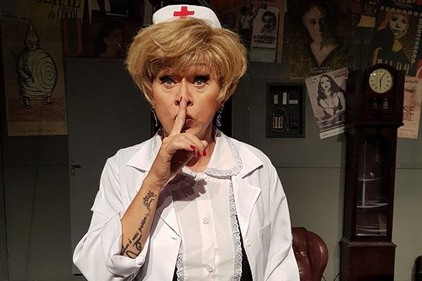 Nany People faz o papel de uma enfermeira nada convencional