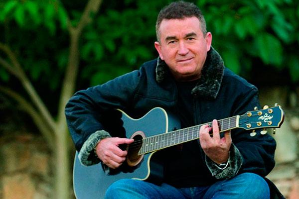 O seresteiro da noite Amado Batista está celebrando 40 anos de carreira e milhões de discos vendidos