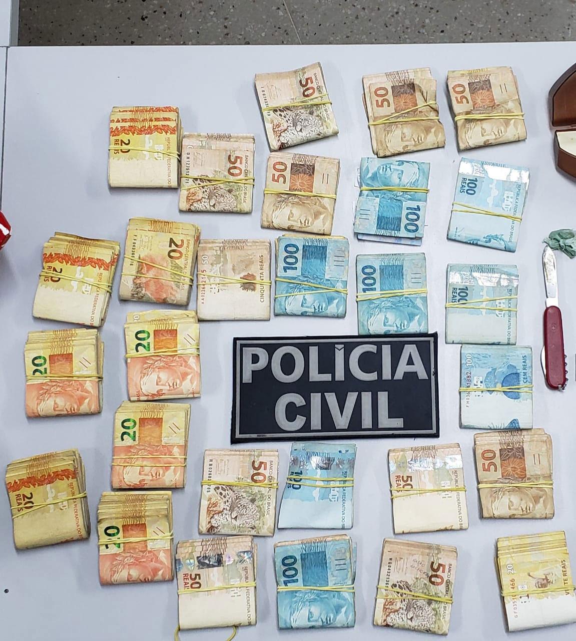 Drogas, celulares, balança de precisão, notebook e a quantia de R$ 27.000,000 foram apreendidos pelos agentes civis na manhã desta sexta-feira