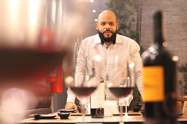 Kenedy Barbosa despertou para uma visão mais aberta do vinho no período em que passou na Escuela Argentina de Sommeliers (EAS): ver enólogos bebendo vinho numa caneca de madeira, sem cerimônia, pompa e circunstância, levou-o a pensar que vinho também harmoniza com simplicidade
