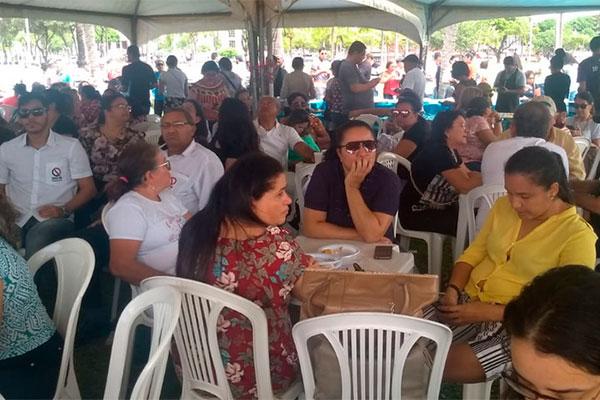 Servidores estão reunidos para manifestação em frente à Governadoria