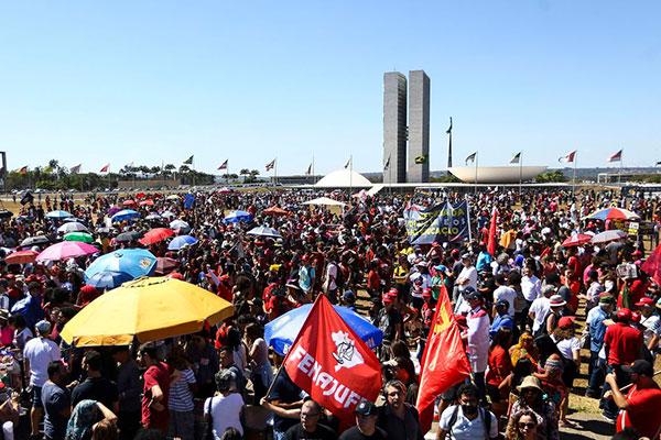 Populares foram às ruas de quase todas as capitais brasileiras, incluindo Brasília, e prostetaram contra medidas do governo atual