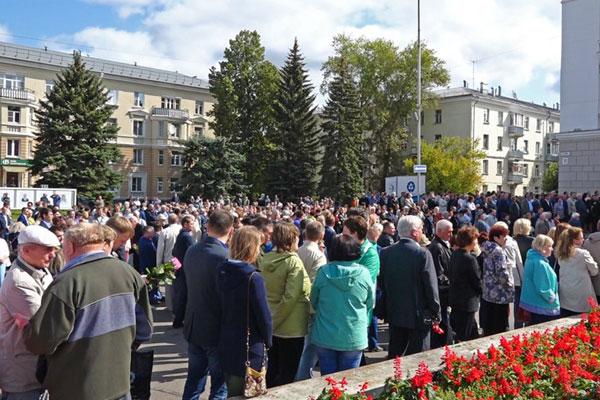 Familiares e amigos prestaram homenagens aos cinco cientistas mortos durante explosão em base russa
