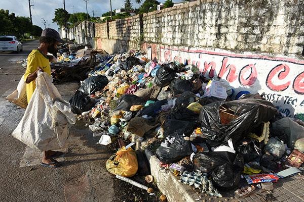 Grande quantidade de lixo na Avenida do Contorno, zona Leste, atrai catadores