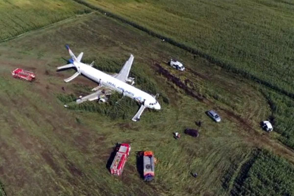 O avião com mais de 200 passageiros fez um pouso de emergência perto de Moscou