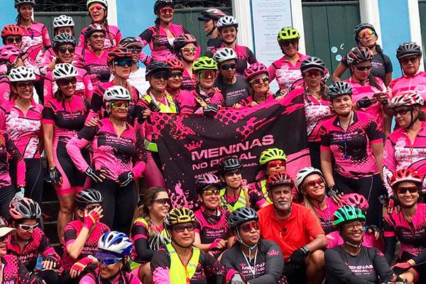 """O repórter José Raimundo com o grupo """"Meninas no Pedal"""", em Salvador"""