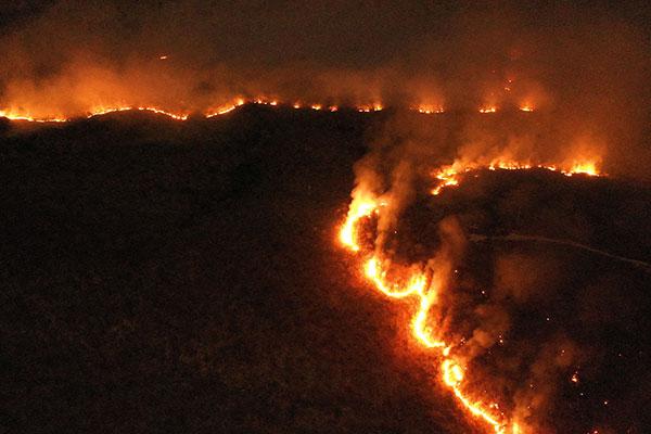Línguas de fogo queimando a floresta amazônica são vistas de diversas cidades do Tocantins