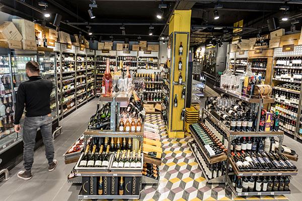 Seja em loja especializada ou no supermercado, é preciso analisar bem as condições do vinho