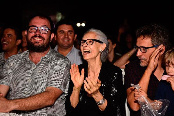 Os diretores de Bacurau, Juliano Dorneles (esq.) e Kleber Mendonça Filho prestigiaram o filme ao lado da atriz Sônia Braga