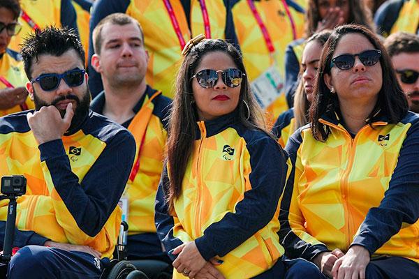 Paralímpicos lançaram uniformes próprios no desfile oficial