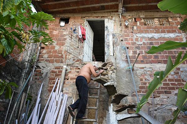 Zé de Lô, não saiu do imóvel condenado e tem que usar uma escada para entrar em casa
