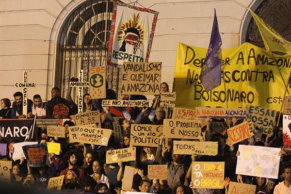 No centro do Rio de Janeiro, milhares de pessoas saíram às ruas para protestar contra a política ambiental do governo Bolsonaro