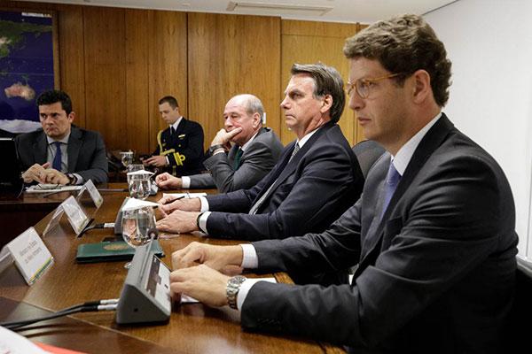 Presidente Jair Bolsonaro comandou reunião ministerial neste sábado para definir ações emergenciais para a região amazônica