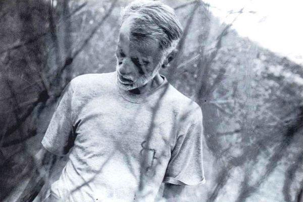 Dos raros e últimos registros de Oswaldo Lamartine na Fazenda Acauã. O ensaio fotográfico de Candinha Bezerra registra a caminhada pelo seu chão de brotar livros