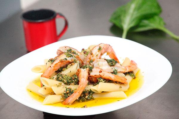 O camarão ao pesto pode ser servido com massas ou em taças Caprese