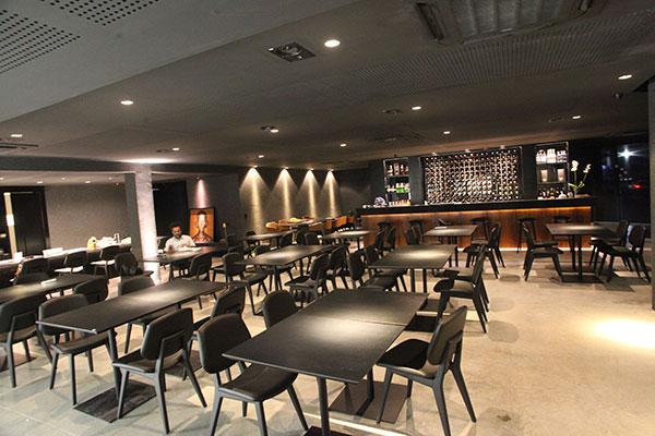 Restaurante possui amplo salão e em breve um pub no 1º andar