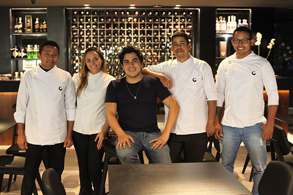 O empresário Vinícius Couto (centro) e equipe do novo Cardume