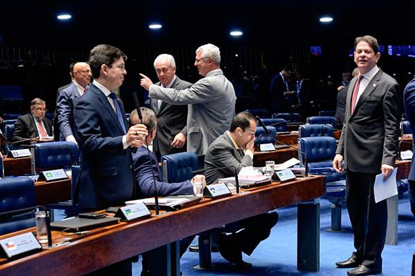 Relator da proposta, Cid Gomes (à direita) articula para garantir a votação da emenda constitucional no plenário do Senado