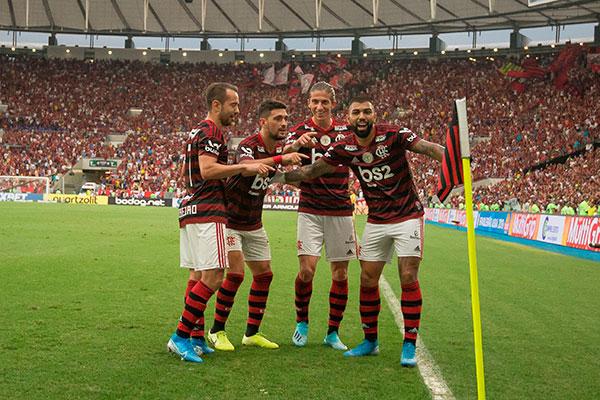 Everton Ribeiro, Arrascaeta e Felipe Luís fizeram a festa com a massa em mais um gol de Gabriel
