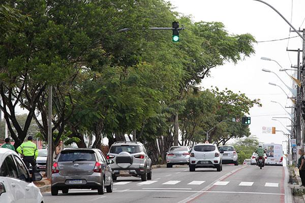 Na Hermes da Fonseca, semáforo voltado para pedestres está situado a poucos metros do cruzamento com a Joaquim Fagundes