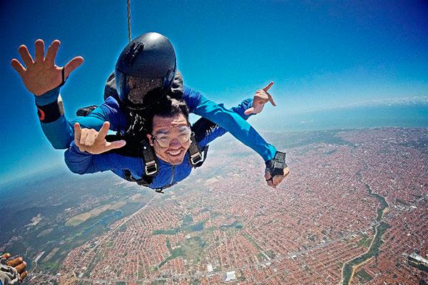 No sábado, além de show aéreo, o cantor cearense, fará um salto de paraquedas durante o evento onde também fará um show