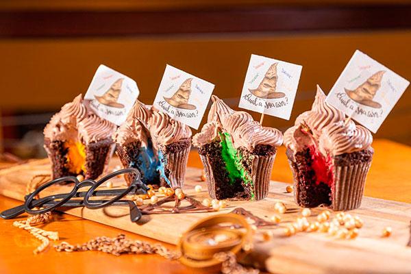 Em clima de Hogwarts, a Balzac Café elaborou o Café Cupcake Seletor com recheio de leite ninho e cores da escola de magia