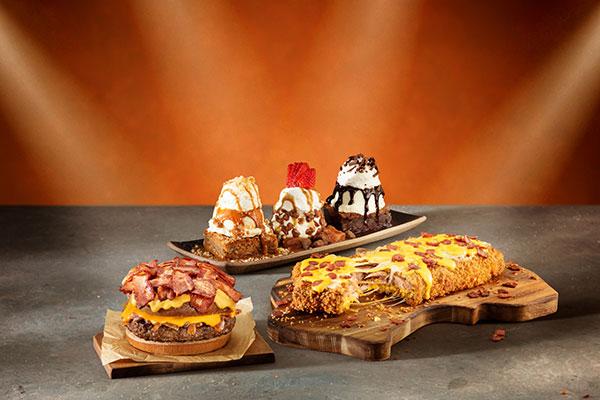 A clássica costela é servida em versão empanada e recheada. O sanduíche está turbinado com bacon e a sobremesa vem em trio
