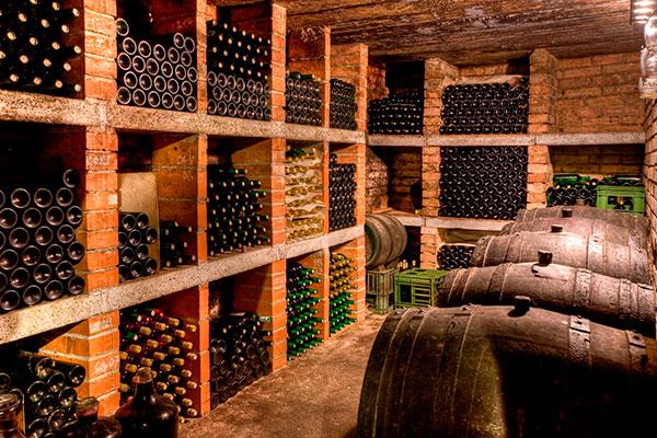 Vinhos de guarda em geral são muito caros e raros, pois representam a exceção da vitivinicultura. Quando jovens, podem não agradar