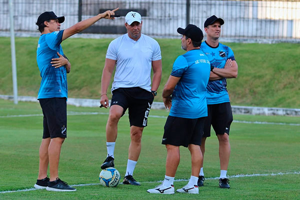 Caso acerte a permanência, Roberto Fernandes deverá manter sua equipe de auxiliares intacta
