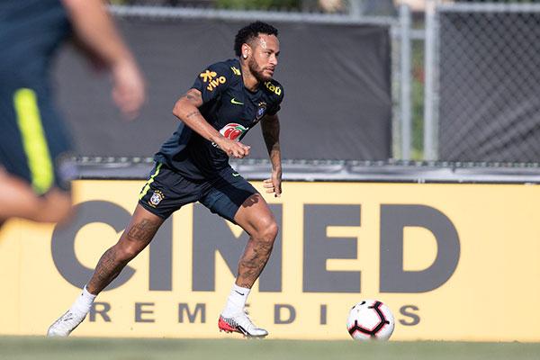 Neymar inicia retomar o prestígio abalado com escândalo e negociação furada com a benção de Tite
