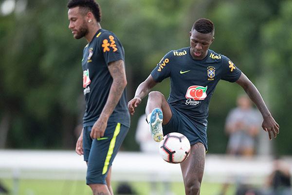 Talento de Vinicius Junior foi destacado pelo comandante da Seleção Brasileira, que previu um leque de opções para usar o jogador que vem numa onda ascendente, enquanto Neymar acumula problemas