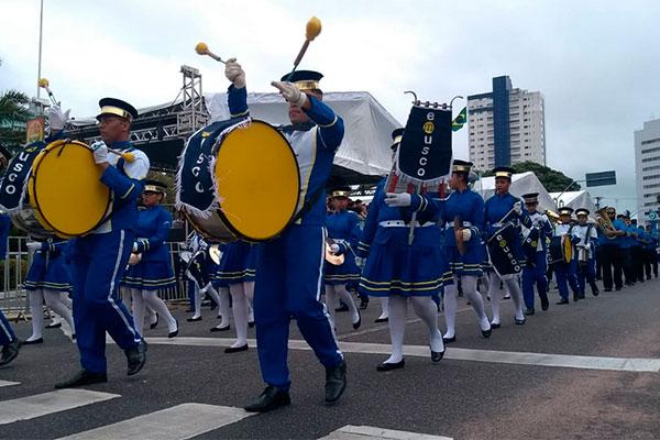 Escolas também participam de desfile na Praça Pedro Velho