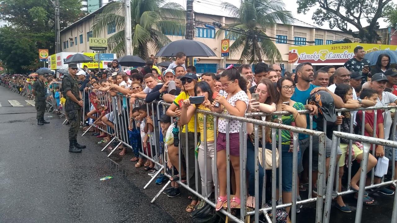 População enfrenta a chuva para acompanhar desfile