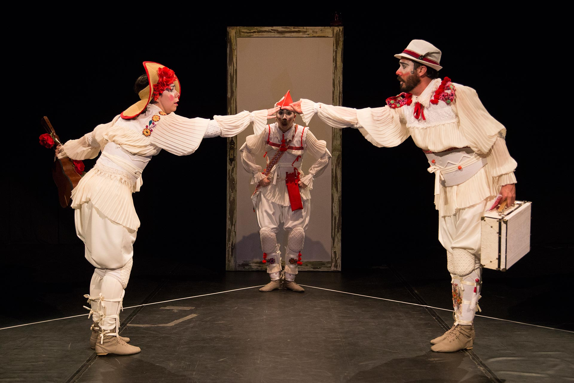Clowns de Shakespeare em cena da fábula Abrazo
