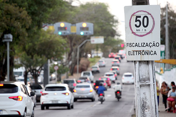 Uso de celular ao volante, excesso de velocidade, avanço de sinal vermelho, não uso do cinto de segurança, entre outras infrações, são alvo da medida cautelar