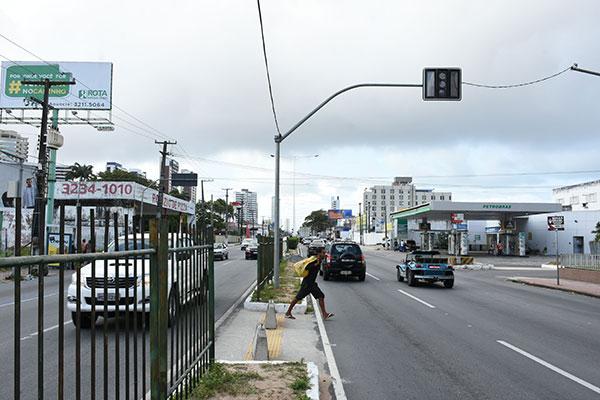 Uma faixa de pedestre tem que ser pintada no local para que o semáforo passe a funcionar