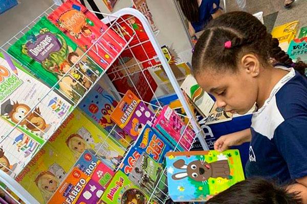 Livros infantis tem espaço para crianças e professores