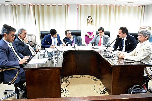 Deputados da Comissão de Constituição e Justiça discutem o projeto dos consórcios