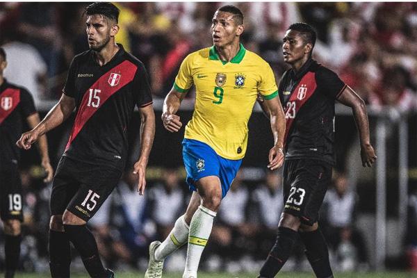 Brasil perdeu chances contra o Peru e foi derrotado com gol no fim