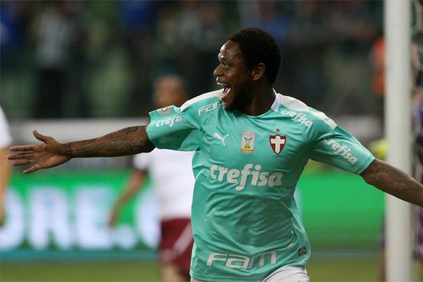Luiz Adriano fez os três gols da vitória alviverde contra o Fluminense