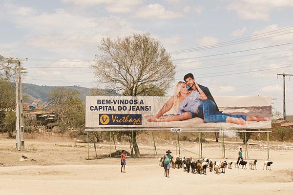 Filme Estou me guardando pra quando o carnaval chegar aborda a rotina curiosa na capital do jeans em Pernambuco