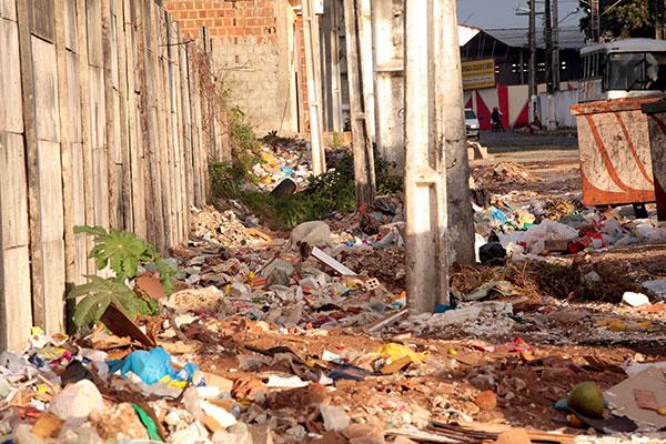 Prevenção fica prejudicada por causa do lixo depositado nas ruas pela população, podendo servir de criadouro do mosquito