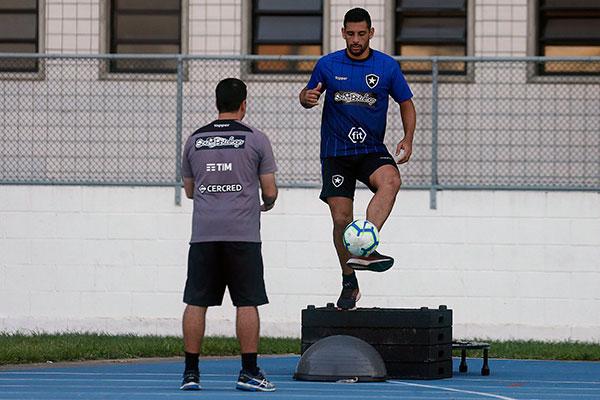 Diego Souza sofre com crise, mas ainda acredita em dias melhores