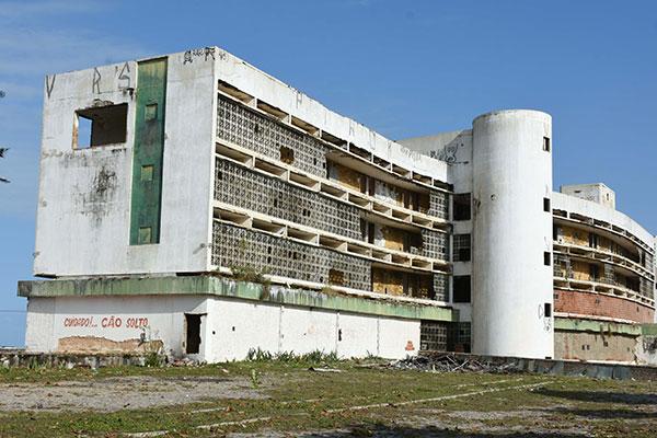 Para empresários, o Hotel Reis Magos é um obstáculo ao desenvolvimento da orla urbana