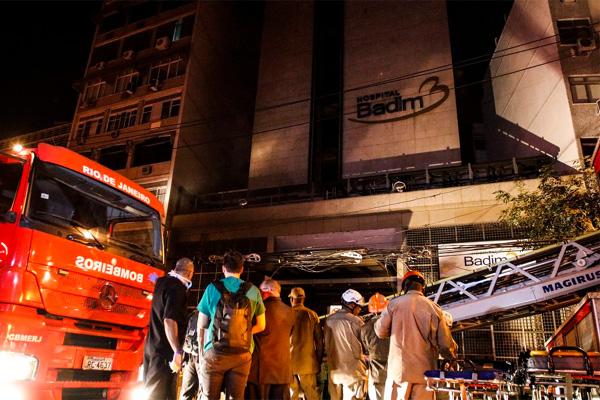 Ao menos dez pessoas morreram em incêndio no hospital Badim