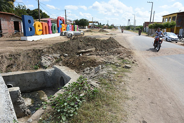 Em várias localidades do município, obras de pavimentação e rede de drenagem foram interrompidas por falta de dinheiro
